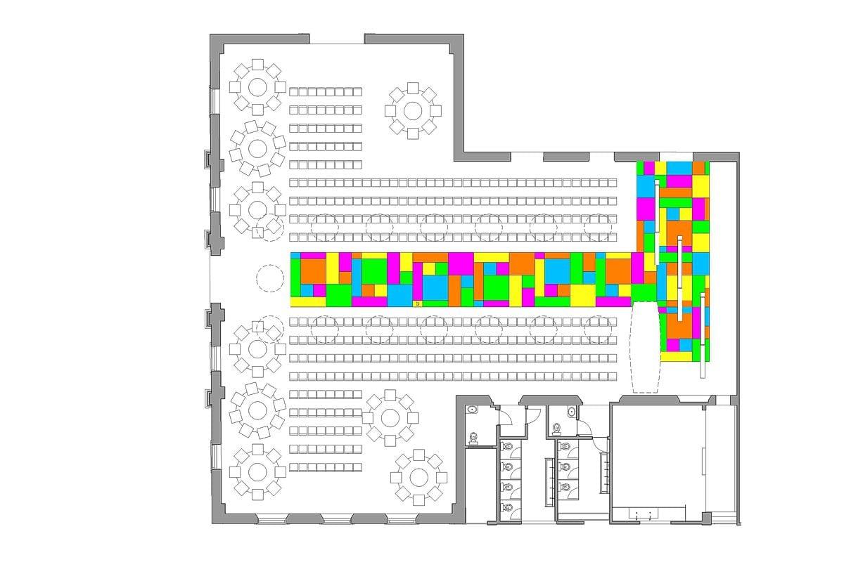 a planta baixa  —  a passarela, ao centro, apresenta a sua colorida padronagem